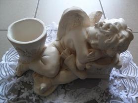 Aniołek gipsowy z miejscem na kwiatka