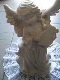 Aniołek gipsowy z harfą