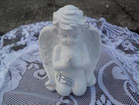 Modlący się Aniołek z gipsu