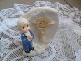Chłopiec z pierwszą komunią świętą z gipsu