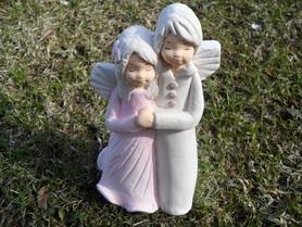 Para Aniołków z gipsu - chłopiec i dziewczynka w kolorze