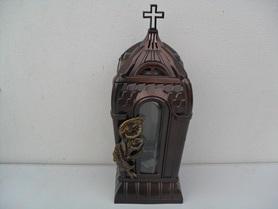 Znicz kapliczka z krzyżem i kalią