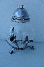 Znicz kula mrożona ze srebrną kalią i krzyżem z metaloplastyki