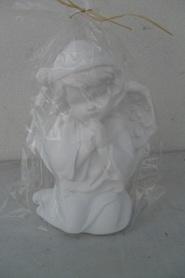 Aniołek gipsowy modlący się